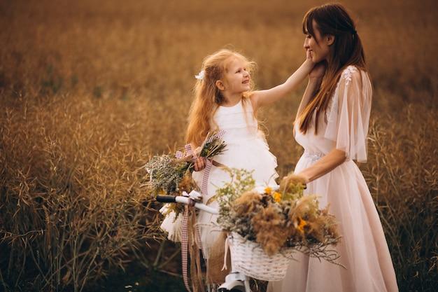 フィールドで美しいドレスで娘と母