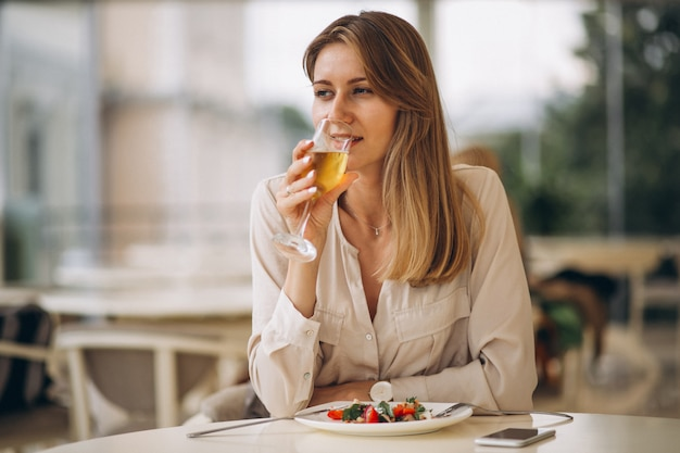 女の飲み物のシャンパン