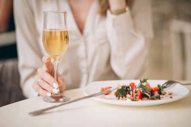 Женщина пьет шампанское