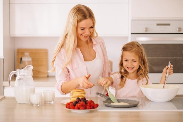 母と娘ベイキングパンケーキ