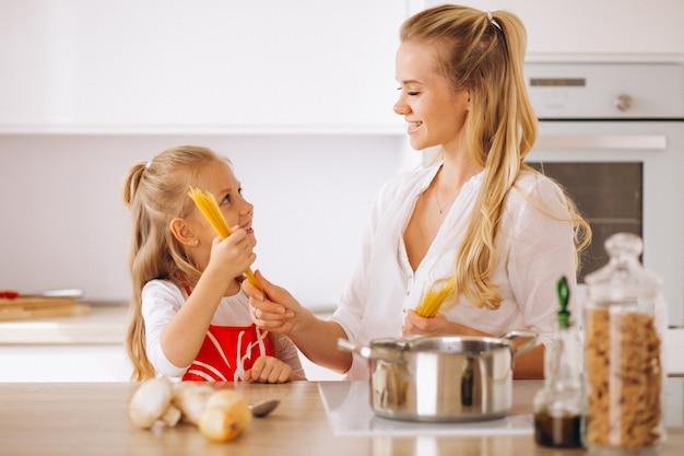 母と娘の調理パスタ