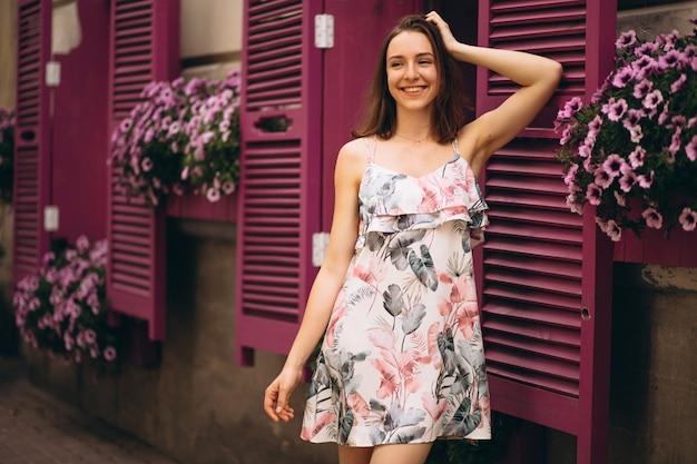 花で飾られたカフェの外の幸せな女性の肖像