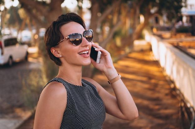 電話で幸せな妻の女性