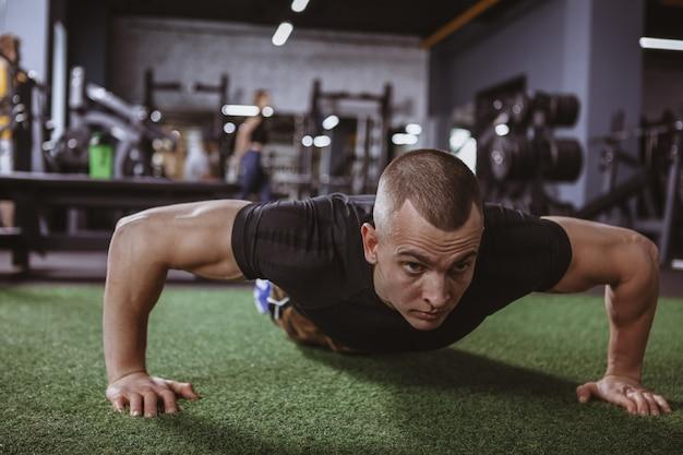 Атлетик мускулистый мужчина упражнения в тренажерном зале