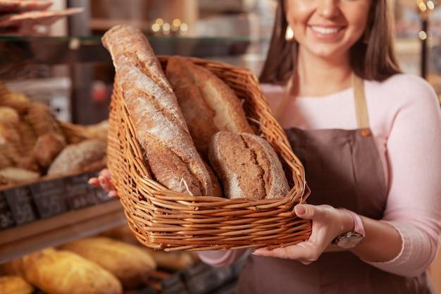彼女のパン屋で働いている魅力的な女性