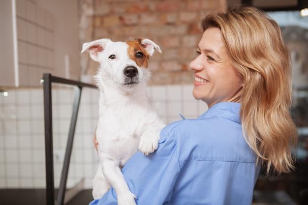 Дружелюбная женщина-ветеринар работает в своей клинике