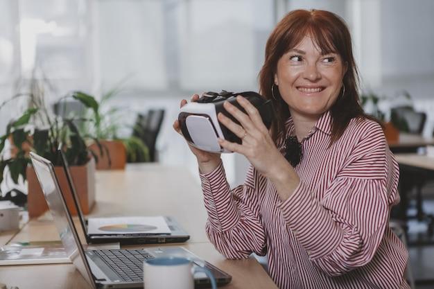 Зрелая коммерсантка работая на офисе