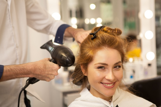髪の美容室で美しい女性