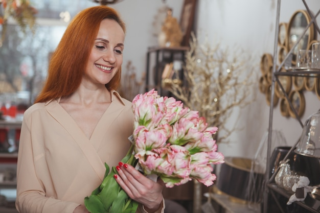 家の装飾店で買い物を楽しんでいる魅力的な女性