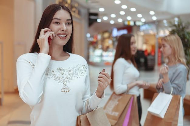 ショッピングモールで一緒に買い物を楽しんでいる若い女性