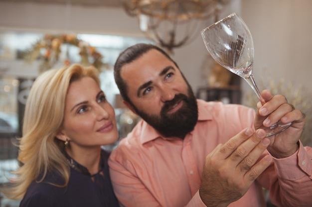 Прекрасная зрелая пара покупает посуду в магазине