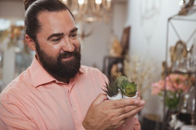 Бородатый зрелый мужчина, делающий покупки в магазине товаров для дома