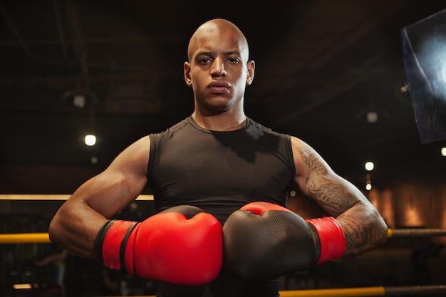 ジムでトレーニングハンサムなアフリカ男性ボクシング戦闘機