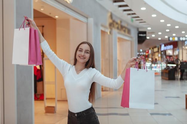 地元のモールで買い物の美しい若い女性