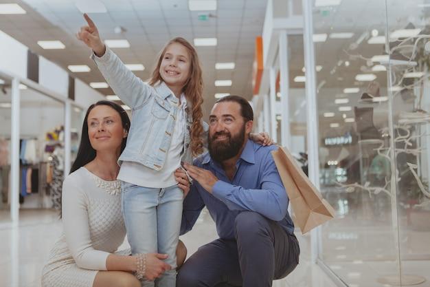 幸せな家族が一緒にショッピングモールで買い物