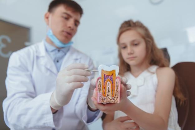 美しい少女訪問歯科医