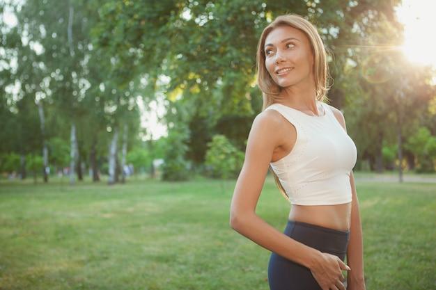 公園を歩いてゴージャスな運動女性