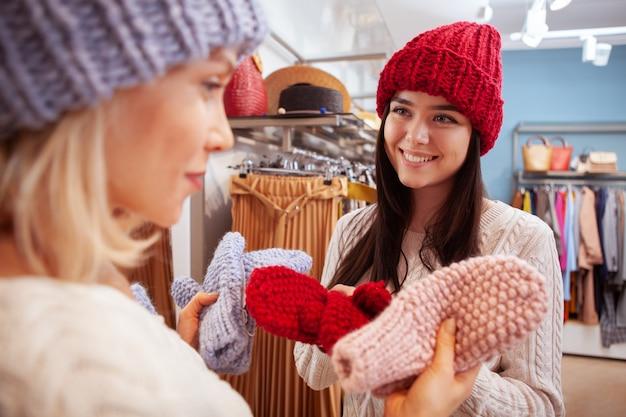 衣料品店で一緒に買い物に女性の友人