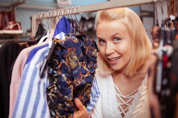 衣料品店で買い物を楽しんで幸せな美人