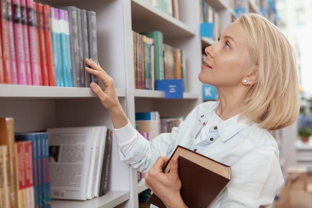 図書館や本屋で魅力的な若い女性