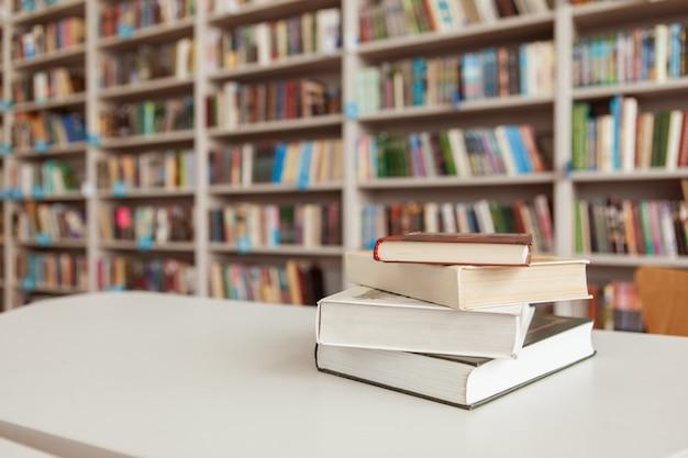 図書館のテーブルの上の本の山