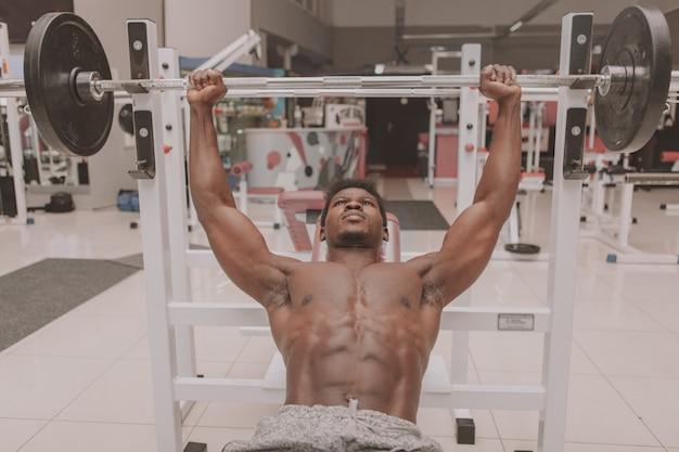 Африканский спортсмен тренируется в тренажерном зале