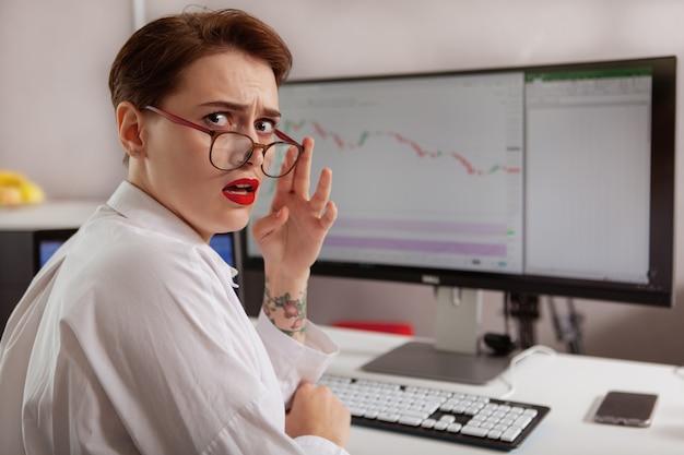 彼女のコンピューターに取り組んでいる若い女性起業家