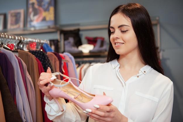 靴を買う女性