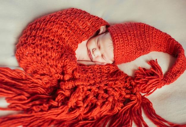 少し横たわって美しいリラックス新生児