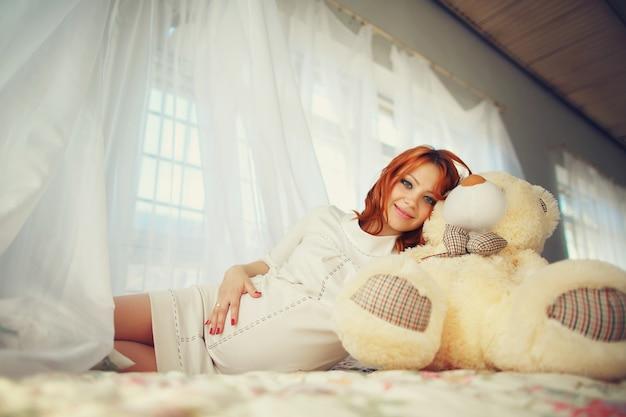 Домой молодой белый комфортно беременных