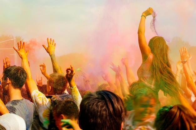 空気中に粉体塗料を投げて多くの人々
