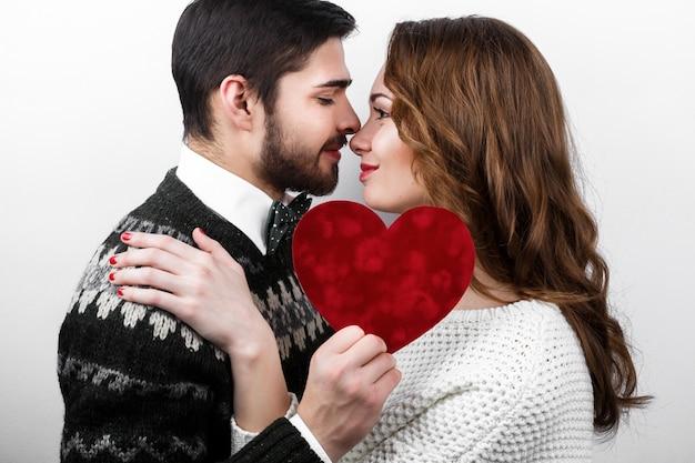 喜びカップルのロマンチックな女性のハンサム
