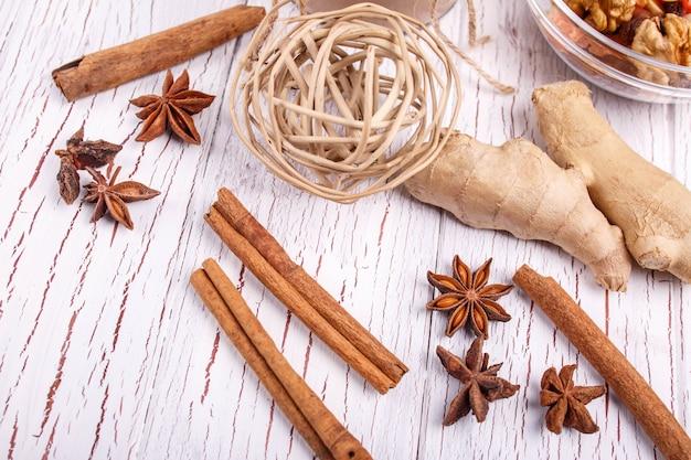 茶色のシナモンスティック、ショウガと穀粒の塊がテーブルに横たわっている