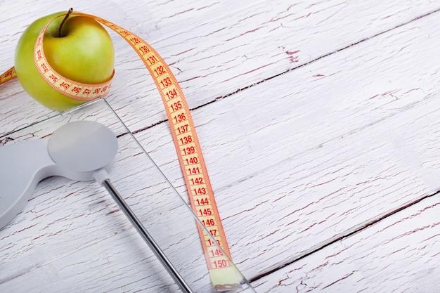 センチメートルは、緑のリンゴの近くに立つ
