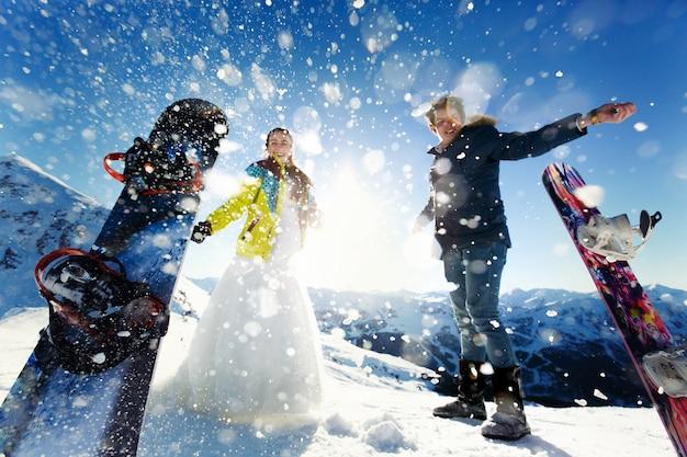 アルプスクールシュヴェルの雪の背景を愛する花嫁と新郎