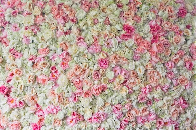 ピンクのバラ、アジサイ、牡丹が並んでいます