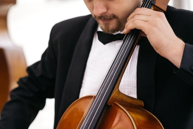 ミュージシャンがチェロで演奏する