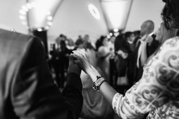男と女は踊りながら手を上げている