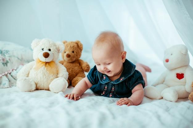 信じられないほど魅力的な小さな赤ちゃんの美しい肖像