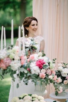 «веселая невеста среди цветущих цветов»