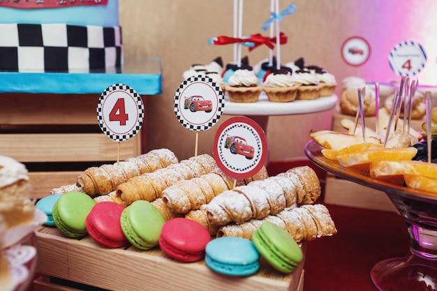 «сладости и кексы в мультяшной теме»