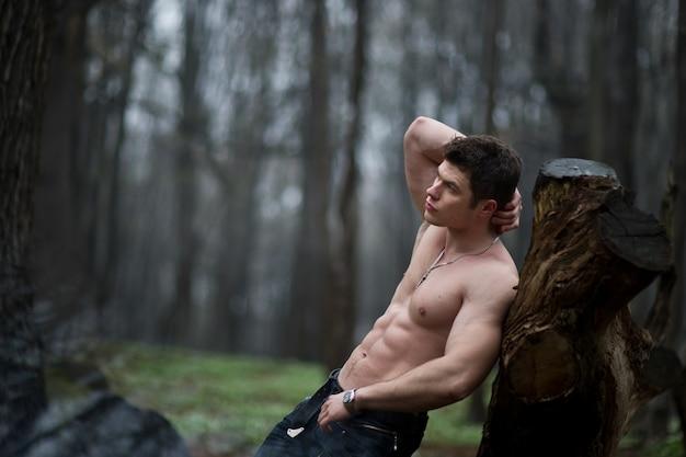 「裸体はスタブに傾いている男」