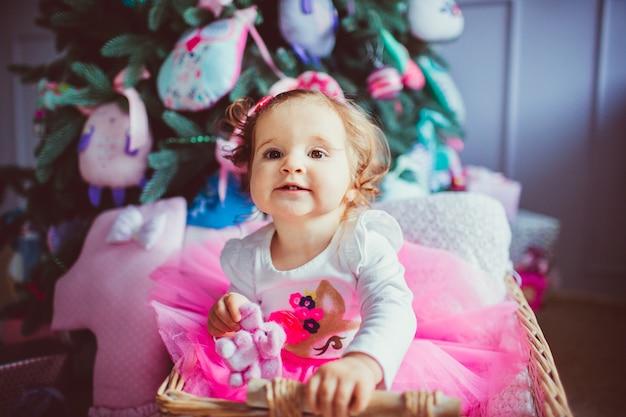 「ベビー・バシネットに座っている幼児の女の子」