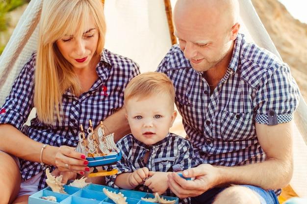 «семья, сидящая под палаткой».