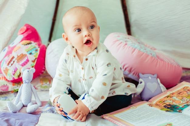 毛布に座っている赤ちゃん