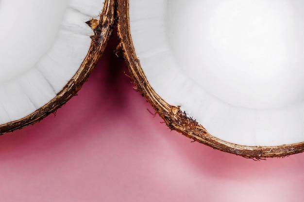 新鮮なココナッツの半分がテーブルに横たわっています