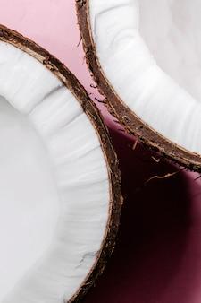 ココナッツの半分はピンクの背景にある