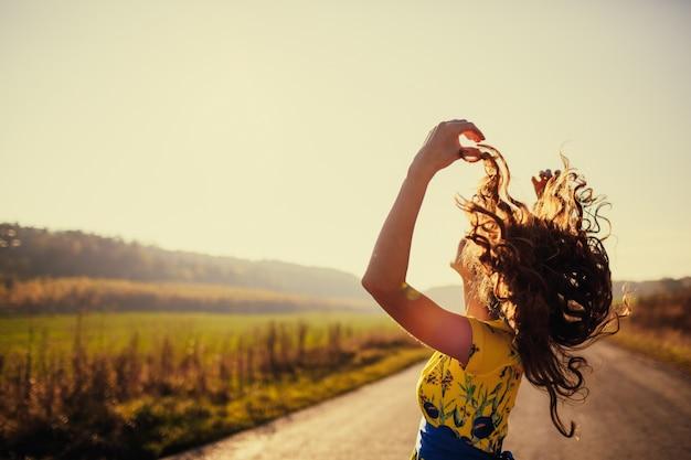 Женщина подняла волосы с дороги в фоновом режиме