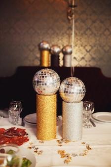 Маленькие дискотечные шарики набиты на обеденный стол