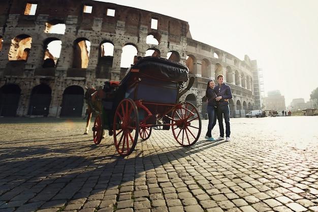 ローマのコロシアムの近くに立っている二人の人